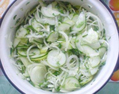 salat-nezhinskiy-iz-ogurtsov-1