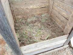 Простые компостные кучи на даче из дерева и металлической сетки