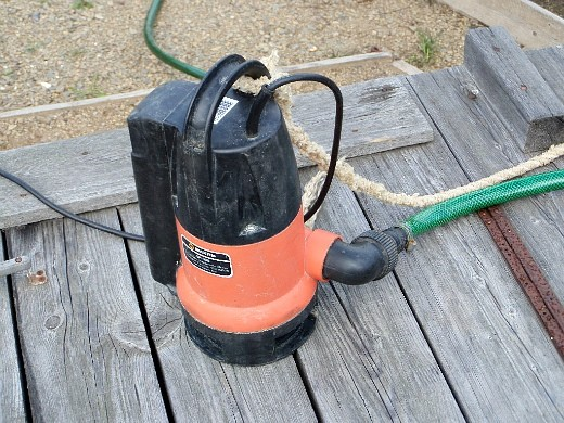 полив травы газона - насос для подачи воды